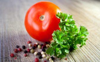kansızlık belirtileri başlamadan bol domates ve maydanoz tüketerek demirimizi arttırabiliriz