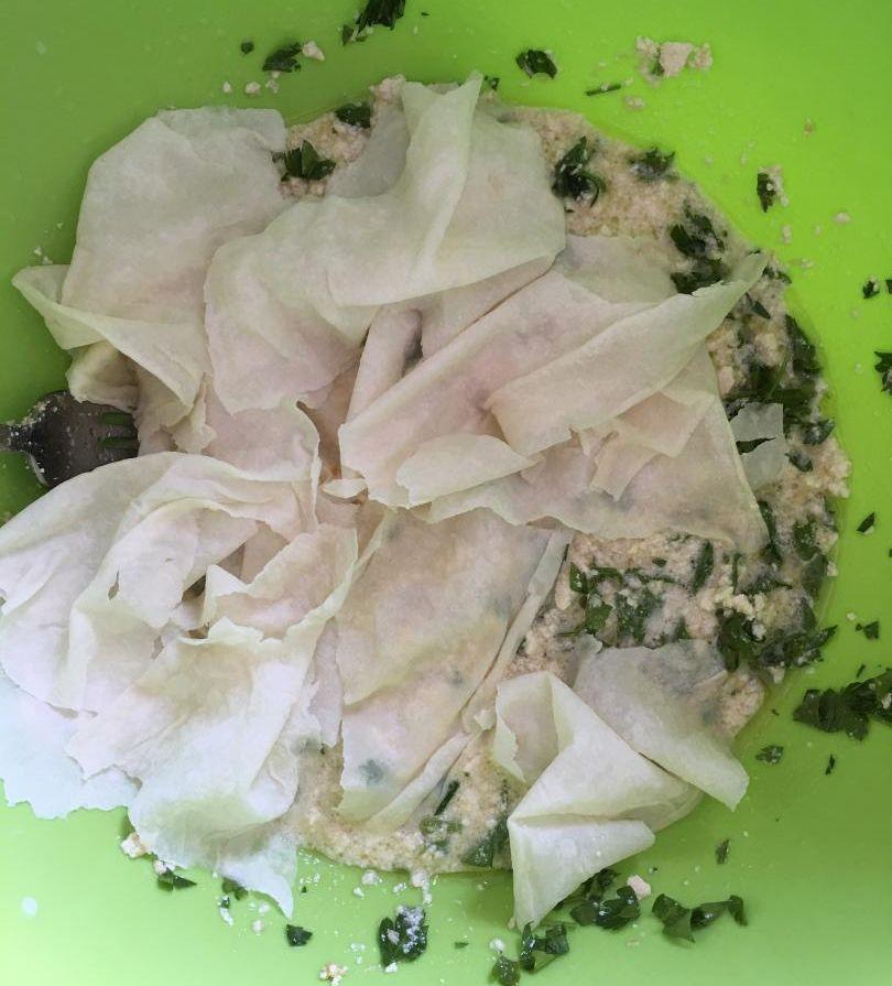 yufka böreği için parçalanan yufkalar