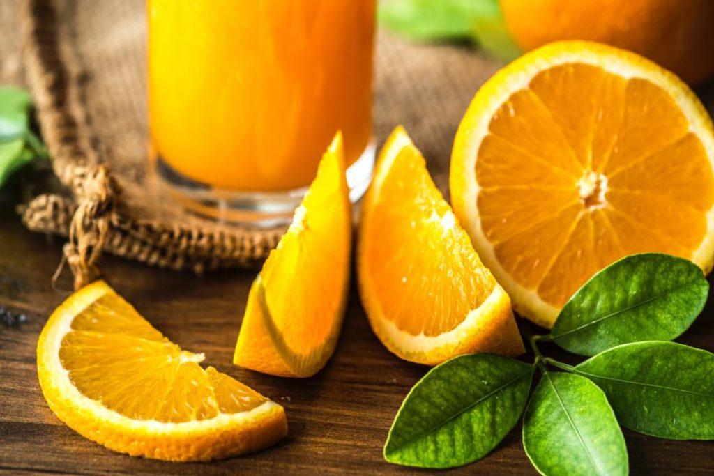 demir açısından zengin yiyecekler yerken yanında portakal suyu içebiliriz