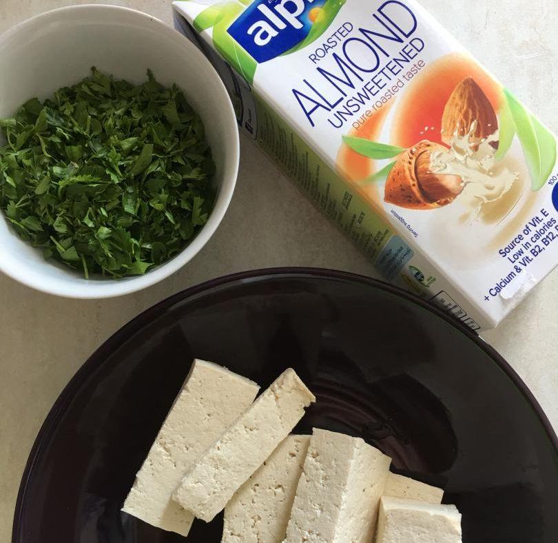 hazır yufkadan peynirli börek tarifi için kullandığım malzemeler: tofu, maydanoz ve bitkisel süt