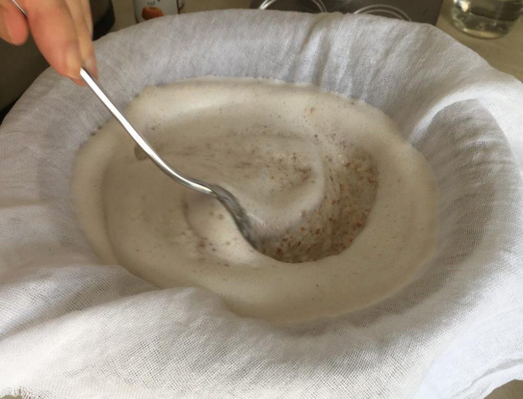 kaşıkla badem sütünü süzüyoruz