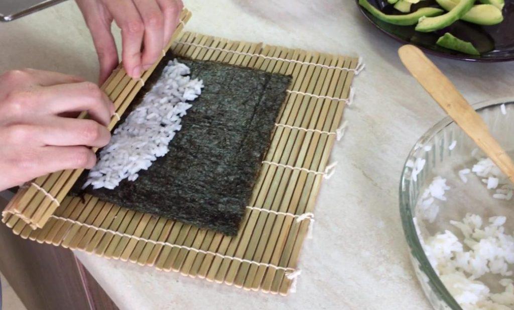 sushi sarma hasırı ile makilerinizi sarabilirsiniz