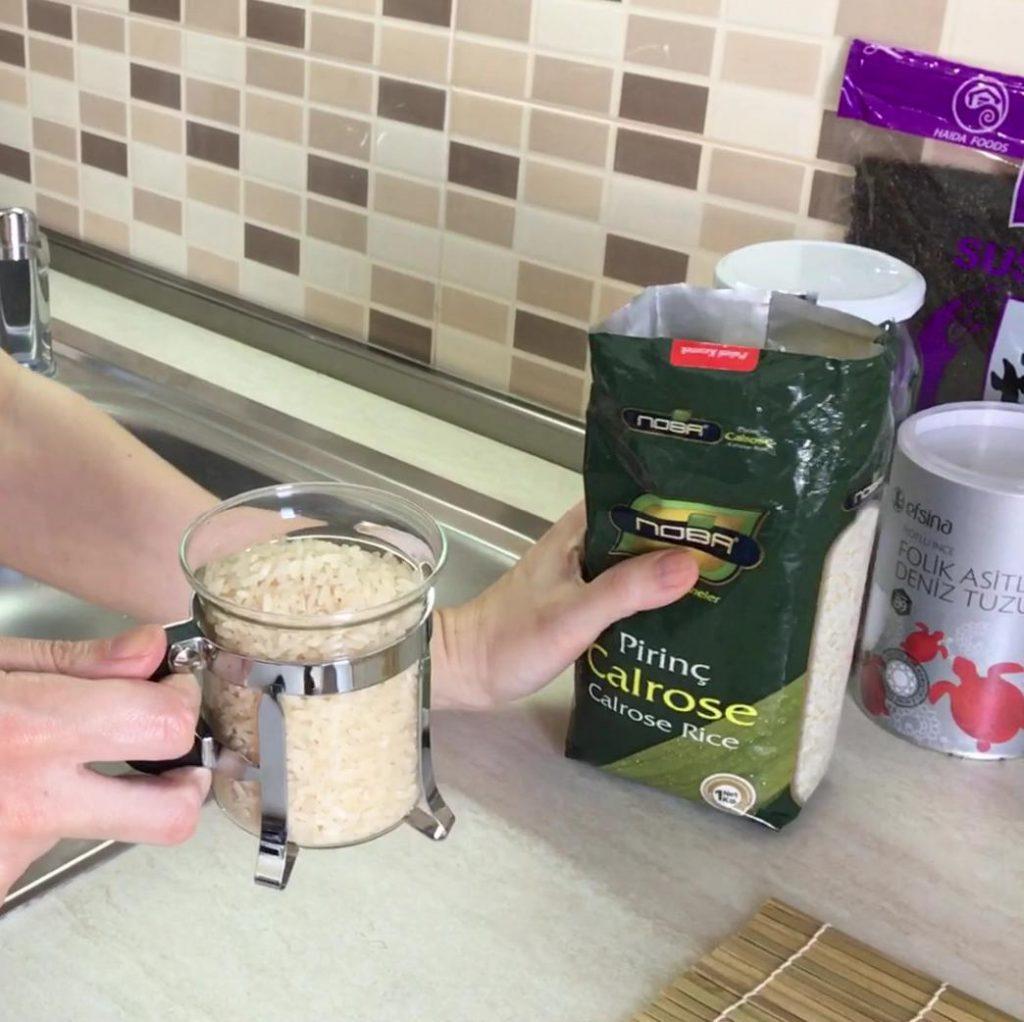 evde sushi yapımı için gerekli en önemli malzeme pirinçtir