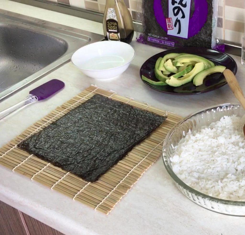 sushi yapma setinde sushi pirinci, nori yaprağı, pirinç sirkesi ve sushi hasırı olması gerekir