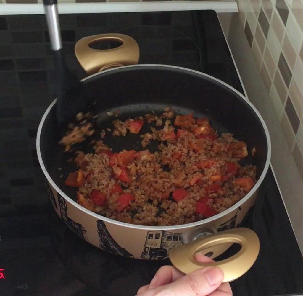 meksika fasulyesi yemeği için biber soğan ve kıyma kavruluyor