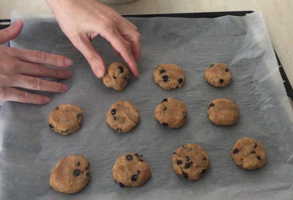 parça çikolatalı kurabiye tarifinin son aşaması olan tepsiye dizme