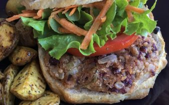 vegan burger yanında elma dilim patates