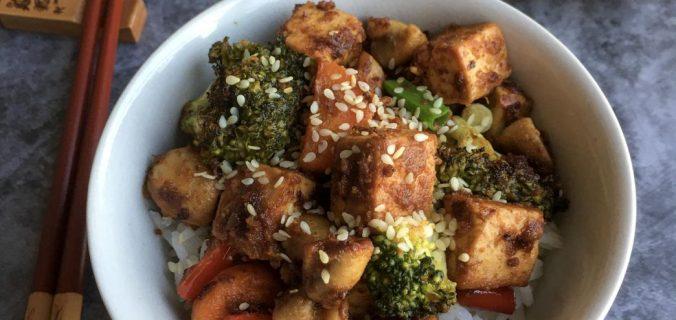 tofu stir fry çin usulü pirinç pilavı ile servis ediliyor