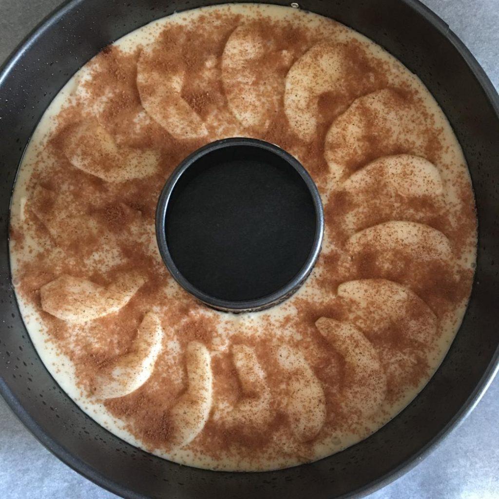 elma dilimli kek tarifi fırına girmeye hazır