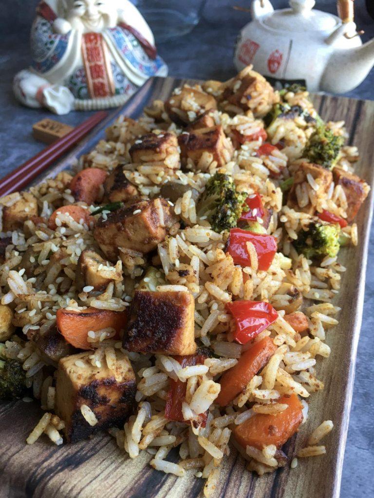 tofu stir fry kızarmış pirinç ile servis edildiğinde