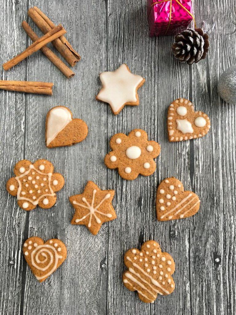 zencefilli kurabiye tarifi ile yapılmış ve süslenmiş kurabiyeler