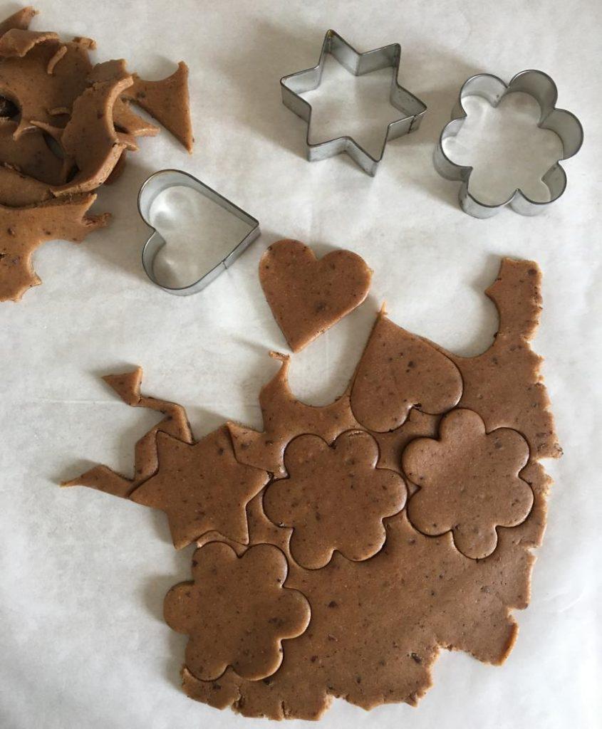 yeni yıl kurabiyesi değişik şekillerde kesilebilir