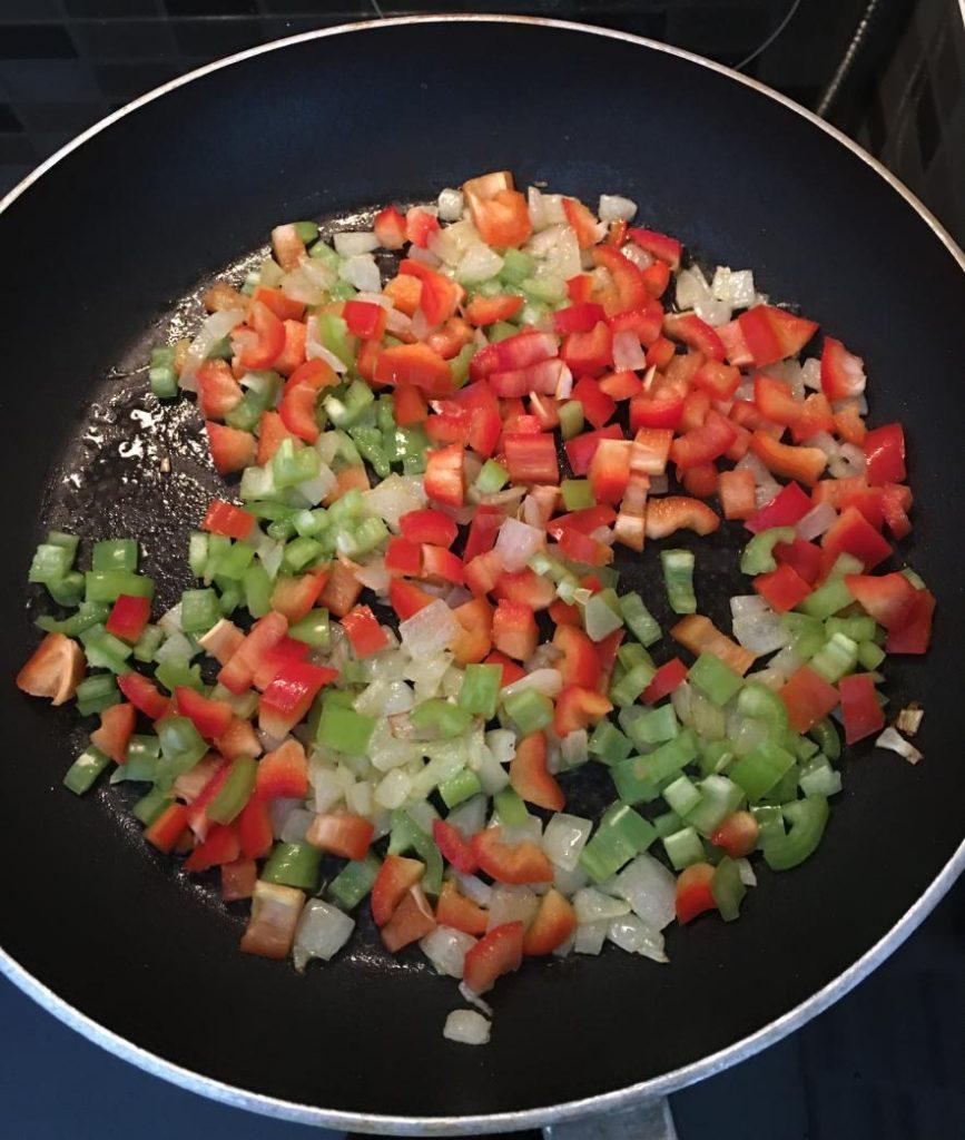 paçanga tarifi için kavrulan soğan ve biberler