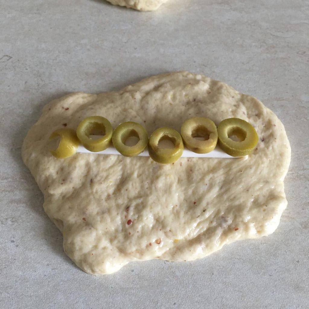 peynirli zeytinli poğaça malzemeleri içine yerleştirilir