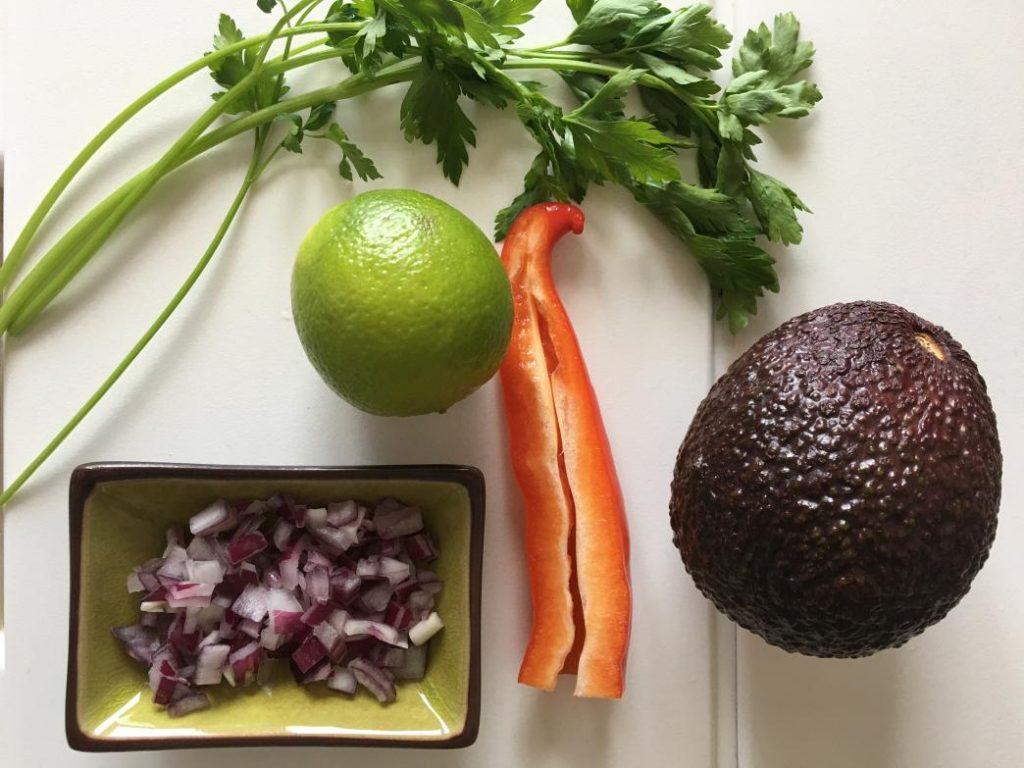 guacamole malzemeleri avokado, soğan, lime, maydanoz, biber
